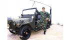 Sư thầy mặc quần áo rằn ri, chụp ảnh với xe Jeep