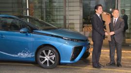 Thủ tướng Nhật nhận chiếc Toyota Mirai đầu tiên