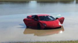 "Mất kiểm soát, Lamborghini Gallardo 2.000 mã lực ""bơi hồ"""
