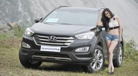 Thiếu nữ Việt gợi cảm bên Hyundai SantaFe 2015