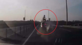 Tay lái mô-tô thoát nạn theo phong cách Người Nhện