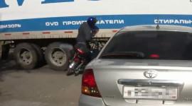 Video: Tay lái mô-tô suýt mất mạng vì quên cách phanh