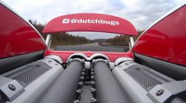 Video: Cặp đôi siêu xe Bugatti Veyron đua ở tốc độ hơn 320 km/h