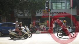 Xe máy, đứng chờ đèn đỏ làn nào cho đúng?