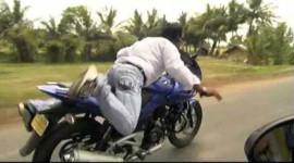 Video: Nam thanh niên nhún nhảy trên xe máy theo điệu nhạc