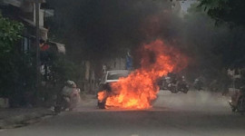 Ô tô bốc cháy ngùn ngụt giữa phố Hà Nội