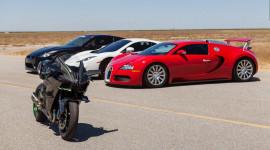 """Video: Kawasaki Ninja H2R cho Bugatti Veyron """"hít khói"""""""