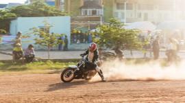 """Xe máy """"quậy"""" trên đường đất giữa Sài Gòn"""
