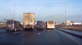 Cú lách siêu đẳng của tài xế xe tải