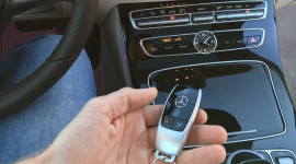 Mercedes E-Class 2016 lộ chìa khóa và bảng điều khiển trung tâm