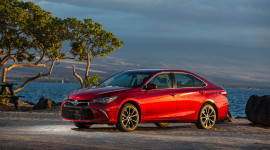 Thêm trang bị, Toyota Camry 2017 vẫn có giá đầy cạnh tranh