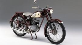 Chiếc xe máy đầu tiên của Yamaha ra đời khi nào?