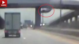 Khoảnh khắc xe ô tô rơi từ một cây cầu