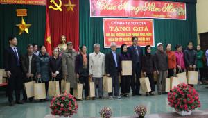 Toyota Việt Nam trao quà Tết tới người già và gia đình chính sách