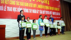 """Quỹ Toyota Việt Nam trao học bổng """"Vòng tay nhân ái"""" tại Lào Cai"""