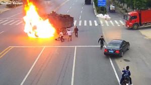 Lao vào cứu tài xế xe máy, bỏ mặc ô tô cháy dữ dội