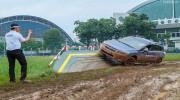 """Mang xe Subaru đi """"lội bùn"""" ở Sài Gòn"""