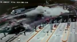 Khoảnh khắc xe tải chở thép san phẳng 1 đoạn cao tốc