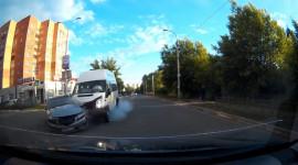Pha quay đầu tệ hại, tài xế xe Van phanh cháy lốp vẫn không kịp