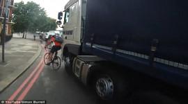 Khoảnh khắc xe tải ép xe đạp suýt chết gây tranh cãi gay gắt