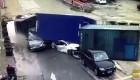 2 ôtô bị nghiền nát khi xe container mất phanh lật giữa đường
