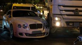 Bentley GT Speed bị xe trộn bê tông đâm bung cản trước tại Hà Nội
