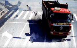 Pha thoát chết như mơ, xe máy bị ôtô tải nghiền nát