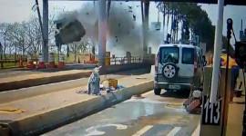 Ô tô mất lái bay lên không trung nổ tan nát