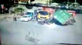 Lái xe máy chờ đèn xanh tử nạn vì container lật giữa phố