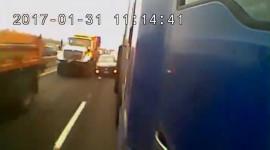 Ô tô bị 2 xe tải ép toé lửa trên cao tốc