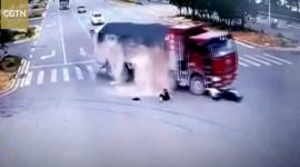 Bị ôtô đâm liên tiếp, tài xế xe máy thoát chết trong gang tấc