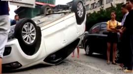 """Xe tải bung chắn thùng """"vật ngửa"""" ô tô giữa đường"""