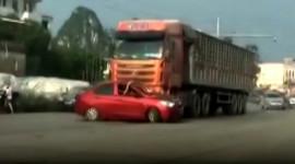 Sedan bị kéo lê 200m, tài xế xe tải không hay biết