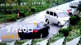 Xe van càn quét 2 ôtô, húc bay xe máy do đường trơn