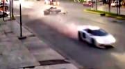 Lamborghini phóng như bay sau khi bị taxi tông ngang hông