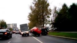 Xé gió vượt bất thành, Mitsubishi Lancer lật nhào trên phố