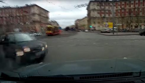 Quyết định vượt sai lầm của tài xế, ôtô bị tông quay 180 độ