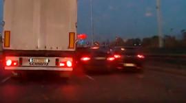 Ý tưởng vượt xe tải điên rồ, tài xế đâm loạt ô tô tan nát