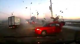 Cú đâm khủng khiếp, xe tan nát người bắn khỏi ô tô