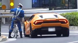 """Cảnh sát đi xe đạp """"tóm gọn"""" siêu bò Lamborghini Huracan 600 mã lực"""