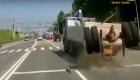 Tai nạn kinh hoàng, xe tải bay cả cụm bánh sau trên xa lộ