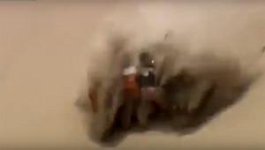 Ô tô lăn cuộn tròn nhiều vòng, tài xế bắn ra ngoài bị đè trên đồi cát