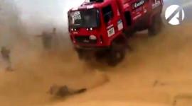 Ô tô sừng sững chèn qua một khán giả trên đường đua Dakar Rally