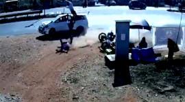 Ô tô đâm xe máy hất tung người lên không trung