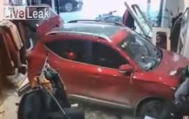 Ô tô lao như tên bắn vào shop thời trang, nữ tài xế tái mặt