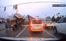 Vượt đèn đỏ, xe tải càn quét 5 ôtô trên giao lộ