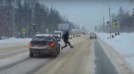 Băng qua đường thoát chết trong nửa bước chân trước đầu ôtô