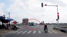 Video: Vượt đèn đỏ, bán tải bị xe tải đâm lật nghiêng