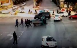 Video: 'Xe điên' quay cuồng giữa phố, ngã tư hỗn loạn