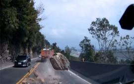 Tài xế thất kinh vì đá tảng quăng xuống giữa cao tốc